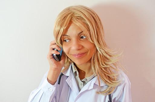 人物 女性 外国人 外国人女性 スペイン人 スペイン人女性 金髪 金髪女性 白人 白人女性 欧米人 病院 医療 若い ポートレート 仕事 働く 病院 白衣 診察室 医院 医療事務 福祉 白バック 白背景 施術 看護 携帯電話 PHS mdff022