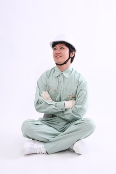男 男性 若者 20代 仕事 人物 作業員 作業服 職業 工場 工事 工事現場 新入社員 ヘルメット 中小企業 製造業 建設業 建築業 白バック スタジオ あぐら 腕組 コピースペース 作業着 若い 日本人 全身  mdjm004