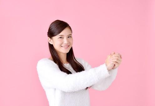 人物 女性 日本人 若者 若い   20代 美人 かわいい ロングヘア カジュアル  ラフ 私服 セーター ニット 屋内  スタジオ撮影 背景 ピンク ピンクバック ポーズ  おすすめ 上半身 手を組む 両手 勝利 成功 笑顔 mdjf007