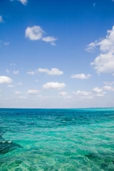 海 宮古島 沖縄 エメラルドグリーン 海と空 夏 空 雲 青 白 風景 自然 景観 景色 島