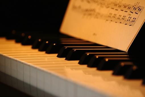 ピアノ 鍵盤 ぴあの 音楽 メロディー 楽器 背景 バックグラウンド バックグラウンドイメージ 背景素材 楽譜 ライフスタイル 習い事 趣味 癒し リラックス リラクゼーション ポストカード 壁紙