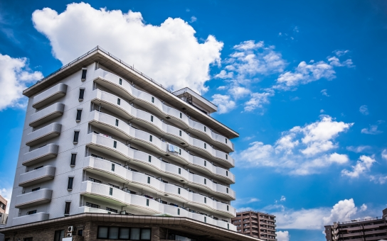 青空 マンション 住宅 空 家族 住居 雲 ファミリー 風景 住まい 滋賀 高層 住む 鉄筋コンクリート 快晴 ローン