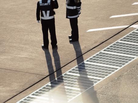 エプロン グランド スタッフ 警備 日陰 夕方 コンクリート グレーチング ふた 服 話し合い 相談 打合せ 間合い 空港 監視