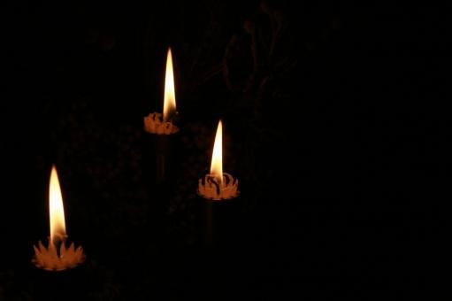 ろうそく ロウソク 蝋燭 ロウソク3本 火 火の灯り 暗やみ 暗闇 暗黒 キャンドル キャンドルライト 祈り 静けさ 静寂 深夜
