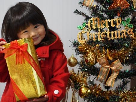 christmas xmas クリスマス サンタクロース 女の子 女児 子供 子ども 笑顔 かわいい 赤い リボン プレゼント present girl child kids japanese cute pretty 贈り物 クリスマスプレゼント 少女