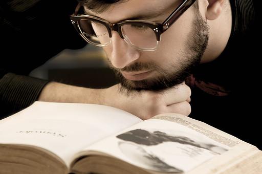 本 ブック 書物 書籍 図書 読書 読む 趣味 勉強 人物 男性 男 外国人 若い 若者 髭 20代 上半身 ページ 捲る めくる 開く 接写 クローズアップ アップ メガネ 眼鏡 めがね 覗き込む 覗く 顎 手 グー 乗せる mdfm079