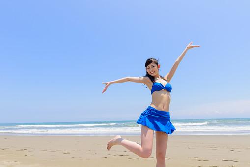 海 水着 ビーチ 美少女 女性 かわいい 青空 青 笑顔 砂浜 楽しい 一人 グラビア ブルー 夏 サマー 素敵 夏休み 旅行 ポーズ 嬉しい ビキニ 白 晴れ 快晴 mdjf011