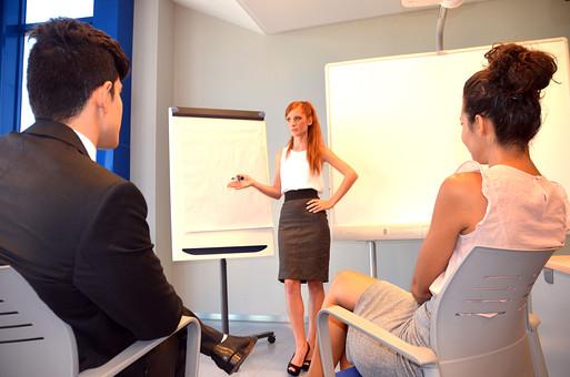 会社 オフィス ビジネス 仕事 職場 屋内 室内 働く スーツ 人物 男性 女性 ネクタイ 上司 部下 先輩 後輩 白人 インターナショナル 外国人 外人 外人男性 外人女性 白人女性 白人男性 グローバル 同僚 打ち合わせ 会議 話し合い プレゼン プレゼンテーション mdff125 mdff126 mdfm071