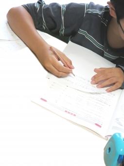 問題集 勉強 学習 鉛筆 鉛筆削り 男子 こども 子供 小学生 中学生 課題 家庭 学校 塾 家庭教師 個別 指導 復習 予習 メガネ 眼鏡 背景