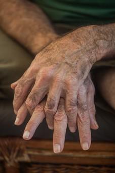 人物 老人 お年寄り 高齢者 シルバー  年老いた手 ハンドパーツ 手 指 ハンド  パーツ 手の表情 年老いた手 皺 しわ  シワ クローズアップ  男性 おじいさん おじいちゃん 手を重ねる 指を組む 座る 正面 両手 手元 手先 指先