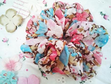 シュシュ お花 花 花柄 髪飾り ゴム ヘアゴム ヘアアクセサリー アクセサリー ヘアスタイル 白 ピンク 小花 小花柄 水色 布 くしゅくしゅ かわいい ガーリー 小物 雑貨 女子 女子力 持ち物 フラワー ナチュラル 華やか はなやか ふんわり 女性