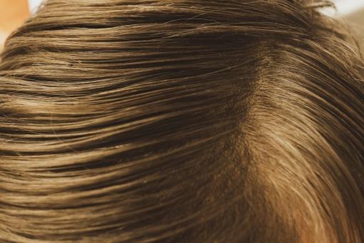 美容 理容 美容室 床屋 髪の毛  ヘアスタイル スタイリング ヘアアレンジ ヘアメイク ヘアケア  ビューティー 白バック 白背景 身だしなみ 人物 頭 頭皮 アップ 櫛目 整える 整髪 茶色 茶髪 ブラウン 流れ 美容室 理容室