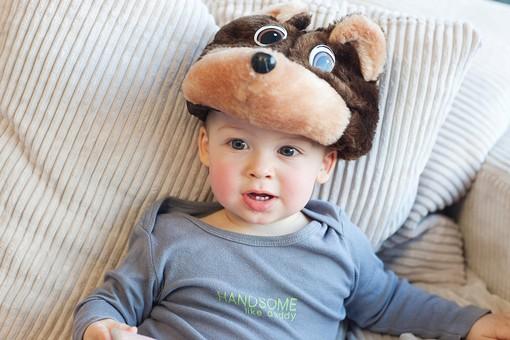 赤ちゃん 外国人 子供 子ども こども 男の子 男児 乳児 ライフスタイル 部屋 室内 屋内 帽子 犬 犬の帽子 かぶる 被る お気に入り クッション 凭れる もたれる  長袖 春服 秋服 かわいい 可愛い カワイイ mdmk030