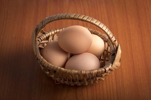 たまご タマゴ 卵 玉子 エッグ 楕円 白バック 卵色 ベージュ 料理 並べる 生き物 食べ物 食材 食料 置く 置いてある 物撮り 屋内 人物なし 横から視線 4個 整然 複数 レシピ テーブル 机 籠 編み籠 乗せる 鶏 にわとり ニワトリ
