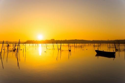 朝焼けの湖畔の写真