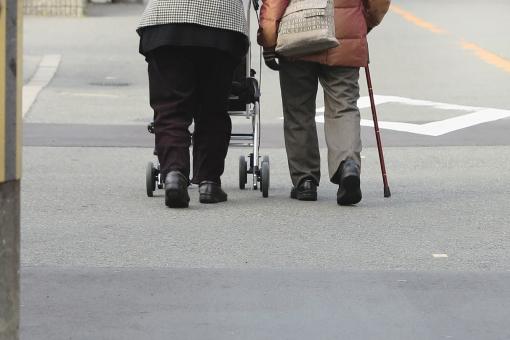 人物 日本人 女 女性 リラックス 休日 のんびり 生活 健康 ファッション お出かけ 話す 暮らし 運動 家族 二人 仲良し 親 屋外 友達 社会 寄り添う 会話 コミュニケーション 元気 歩く シニア 中年 老人 60代 おばさん おばあちゃん 風景 景色 楽しみ おばあさん 買い物 外 日課 喜ぶ 足 高齢者 老後 歩行 仲間 散歩 散策 友人 2人 人 ゆっくり 保護 シルバー 危ない 車道 友情 昼間 病院 医療 体 リハビリ 道路 癒やし 昼 歩道 モノトーン 地域 近所 働く人 女の人 看護 介護 福祉 老人ホーム 歩行訓練 ケア お婆さん だんらん 話し合い 親友 ウォーキング 日常生活 人生 安らぎ ステッキ 長寿 長生き お年寄り 姉妹 高齢 高齢化 年寄り 遺産 腰 老化 健康的 婦人 ヘルスケア 助け合い 杖 つえ 親しみ 祖母 年金 補助 相棒 筋力 話し相手 対話 通院 クリニック 服装 コンビ カート 手押し車 ライフプラン 長寿命 70代 足腰 健康長寿 認知症 地味 80代 友 デイサービス デイケア 仲がいい 徘徊 歩行補助 高齢化社会 グレイッシュ 老年 歩き難い 転倒防止 シルバーカート 認知 アルツハイマー 通所介護 介護者 高齢化問題 道幅 社会福祉 衰弱 歩行速度 歩行補助用品 活発化 認知症ケア 90代 無歩道 歩き易い