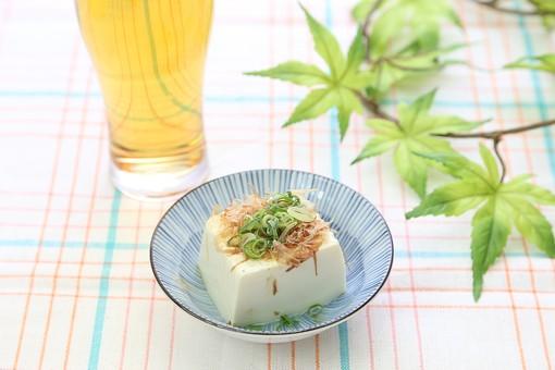 食材 食べ物 夏 アップ 室内 食事 和食 豆 豆類 皿 食卓 スダレ すだれ 豆腐 大豆 冷や奴 鰹節 葱 ねぎ ネギ ヘルシー ローカロリー カロリー 栄養 柔らかい 白 冷たい ビール 生ビール アルコール グラス