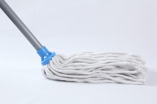 掃除 清掃 掃除用品 掃除グッズ お掃除 床掃除 玄関掃除 大掃除 主婦 家事 白背景 影 モップ 磨く こする 汚れ 落とす 拭き取る 道具 ウェット ウェットモップ 柄 吸収 繊維 青色 銀色 横から