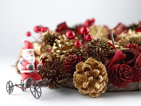 クリスマス クリスマスリース リース サンタクロース サンタ 季節 飾り 松ぼっくり ゴールド 金箔 小枝 木の実 装飾 クリスマスイブ 聖夜 クリスマスパーティー 手作り ハンドメイド イベント かわいい きれいな 12月 催事 趣味 魔除け ドア 可愛い メリークリスマス 果実 インテリア