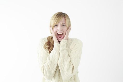 人物 女性 20代 外国人 外人  外国人女性 外人女性 モデル 若い セーター  ニット 私服 カジュアル ポーズ 金髪  ロングヘア 屋内 白バック 白背景 驚く びっくり ビックリ 驚愕 サプライズ 両手 頬に手を当てる 叫ぶ 上半身 正面 mdff045
