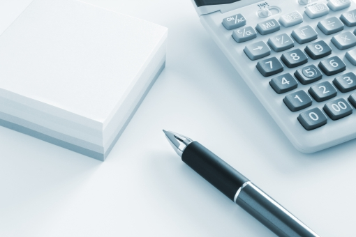 オフィスツール ビジネス ビジネスツール 仕事 会社 企業 起業 独立 業務 作業 道具 筆記用具 計算 電卓 集計 売上 数字 数値 データ データ入力 受付 窓口 対応 サポート 消費者 サービス カスタマー 問い合わせ 素材 背景