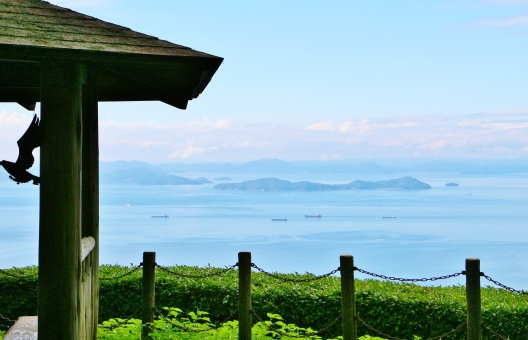 海 青い海 霞む海 霞 船 島 植物 自然 風景 景色 景観 壁紙 テクスチャ 背景 素材 夏 真夏 癒し 優しい 優しさ 若い 若々しい 一角 公園の一角 爽やか 涼やか 涼しさ 涼しい 雑草 草 気持ちいい 気持ち良い 公園