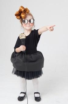 外国人 白人 キッズモデル モデル キッズ 子供 子ども 白バック 白背景 屋内 スタジオ撮影  人物 女の子 女児 女 少女 幼児 小学生 ポートレート ポートレイト 仮装 ハロウィン  コスプレ コスチューム 衣装  ごっこ遊び 遊ぶ 真似  ポーズ  歌手 歌う アーティスト マイク ドレス リボン かわいい 全身 サングラス 指差し 指を差す mdfk044