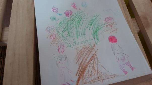 こども 女の子 幼稚園 手描き 子ども 子供 作品 夏 色鉛筆 色えんぴつ 絵 お絵かき お絵描き スケッチブック 幼稚園児 木 りんご 子どもの絵