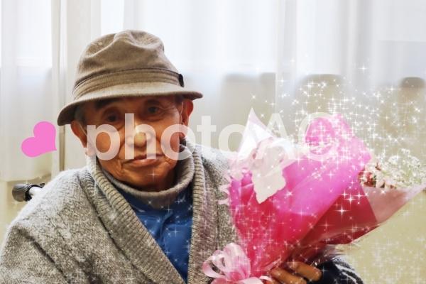 花束を持つシニア高齢紳士男性の写真
