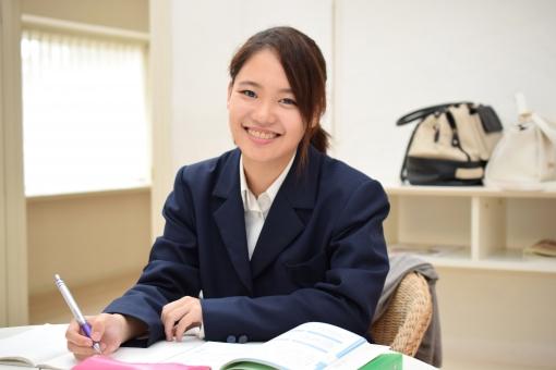勉強をする女子高生の写真