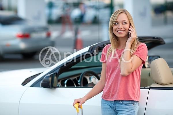 駐車場に居る女性8の写真
