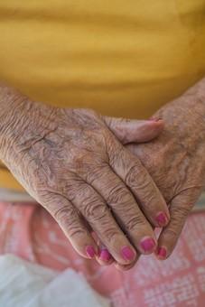 人物 老人 お年寄り 高齢者 シルバー  年老いた手 ハンドパーツ 手 指 ハンド  パーツ 手の表情 年老いた手 皺 しわ  シワ クローズアップ  女性 おばあさん おばあちゃん マニキュア ネイル 赤 お洒落 おしゃれ 両手 手を重ねる 重ねる 手元 手先 指先