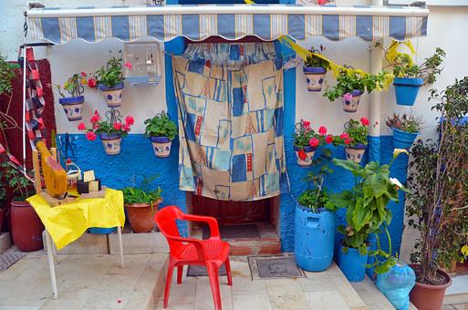 外国風景 外国 海外 スペイン ヨーロッパ  バレンシア バレンシア地  地中海 リゾート   観光地 旅行 観光  風景 景色 名所 空 青空  スペインの町並み  ストリート 晴天 建物 カラフル プランター 植物 店 プラスチックチェアー のれん 椅子 入り口