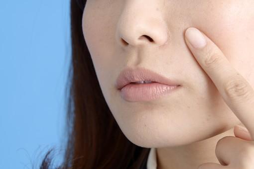 人物 女性 日本人 20代 若者  ビジネス  セミロング  OL 社会人 会社員 ビジネスマン  真面目 ポーズ 屋内 スタジオ撮影  ブルーバック クローズアップ 鏡 美容 顔 肌 肌荒れ ニキビ にきび 吹き出物 気になる 指 押さえる 憂鬱 mdjf013 ニキビ