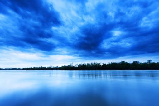 広大 大地 自然 環境 エコ 風景 植物 木々 樹木 空 水 池 湖 川 水辺 静か 平和 静寂 曇り どんより 暗い 同一色 殺風景 一面 大きい 面積 反射 奥行き 素材 グラデーション