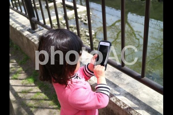 女の子とスマホの写真