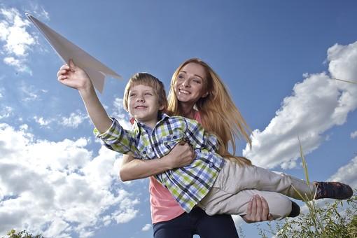 自然 青空 空 雲 青 グラデーション 晴天 天気 晴れ 紙 紙飛行機 飛行機 工作 作る 折る 作品 飛ぶ 飛ばす 投げる 白 人物 外国人 女性 女の人 子供 男の子 小人 親子 母子 二人 つまむ 植物 緑 草 野草 雑草 背景 室外 屋外 抱える mdmk014 mdff036