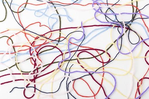 白バック 白背景 編み物 編物 毛糸 毛糸玉 糸 けいと 手芸 編み物用品 手編み ニット 編む 手作り 手仕事 ハンドメイド 趣味 ホビー 素材 資材 シンプル 雑貨 静物 スティルライフ 紺色 紺 水色 青 青色 赤 赤色 朱色 紫 パープル バイオレット ピンク 桃色 藤色 緑 緑色 抹茶色 カーキ色 クリーム色 黄色 薄黄色 淡黄色 アイボリー 白 白色 8色 八色 カラフル ライン  線 重なる 絡まる