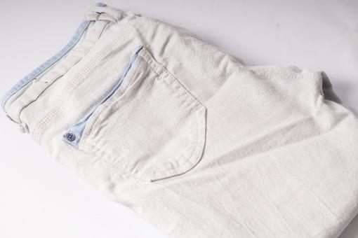 ジーンズ ジーパン Gパン デニム 無地 柄 模様 畳む 折り畳み 生地 布 布地 縫目 縫い目 糸 ファッション ベルトループ ベルト通し 白バック 服装 服 ズボン 尻 お尻 後ろ 足 脚 白 ホワイト グレー 灰色 パンツ ポケット 腰