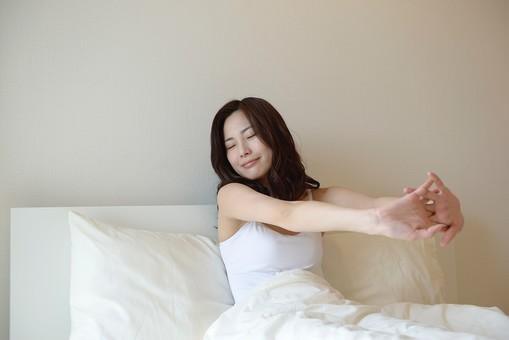 日本人 女性 女 30代 アラサー ライフスタイル 部屋 ベッドルーム 寝室 室内 ポーズ キャミ キャミソール 部屋着 ナチュラル ミディアムヘア ベッド 布団 寝起き 朝 モーニング 目覚め 健康 健康的 すっきり スッキリ 爽やか さわやか 腕 伸ばす ストレッチ 体操 笑顔 スマイル  起床 起きる mdjf013
