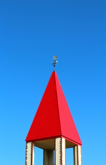 屋根 赤い屋根 三角 三角屋根 塔 風見鶏 北 南 風 風向き 飾り 風の方向 方向 ニワトリ 鶏 庭鶏 風景 壁紙 背景 景色 テクスチャ 素材 赤い 赤色 赤 青空 青い空 空 水色 空色 秋空 秋の空 晴れ 快晴 晴天 澄んだ空 澄み切った空 青 ブルー blue 可愛い かわいい カワイイ 三角帽子 赤い三角 三角形
