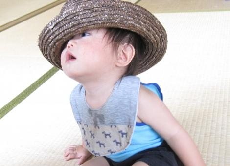 子供 こども 子ども 男の子 帽子 大人用 サイズ 大きい 遊ぶ 日本人 幼児 畳 屋内 夏 8月 麦わら帽子