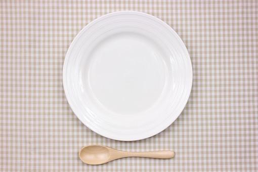 皿 食器 テーブルウェア 雑貨 小物 日用品 キッチン用品 布 ランチマット ランチョンマット プレート 陶器 丸い 俯瞰 並べる カトラリー テーブル 食事 食器具 生活雑貨 ナチュラル スプーン 木製 木のスプーン 空っぽ チェック 白 茶 可愛い ナチュラル ライフスタイル チェック 格子模様 チェック柄 準備 用意