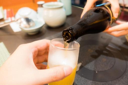 晩酌 デート 接待 営業 飲み会 ビール アルコール 泡 瓶 お酌 居酒屋 夫婦 カップル 女性 上司 コップ 注ぐ 液体