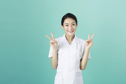 人物 女性 日本人 20代 30代   仕事 職業 医療 病院 看護師  ナース 医者 医師 女医 薬剤師  白衣 看護 屋内 スタジオ撮影 背景  グリーンバック おすすめ ポーズ 上半身 ピース ピースサイン ダブルピース 両手 Vサイン 笑顔 mdjf010