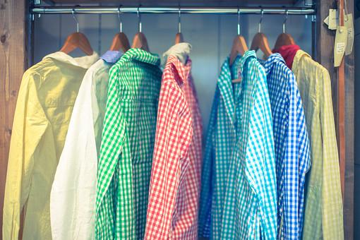 洋服 ブラウス シャツ プルオーバーシャツ チェック カラフル ポップ かわいい カジュアル ナチュラル ワードローブ レディースウェア 女性 ハンガー ショップ ブティック セレクトショップ 洋服店 洋服屋 商品 展示 陳列 ディスプレイ 吊るした 並んだ