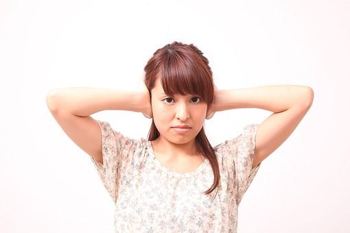 人 人間 人物 人物写真 ポートレート ポートレイト 女性 女 女の人 若い女性 女子 レディー 日本人 茶髪 ブラウンヘア セミロングヘア  白色 白背景 白バック ホワイトバック 肘を曲げる 耳を押さえる 耳を塞ぐ 耳を隠す 聞きたくない 堪える 耐える mdfj012