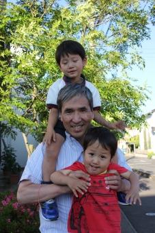 お爺さん おじいさん お爺ちゃん おじいちゃん じーじ 孫 男の子 兄弟 抱っこ 肩車 肩ぐるま 育児 子育