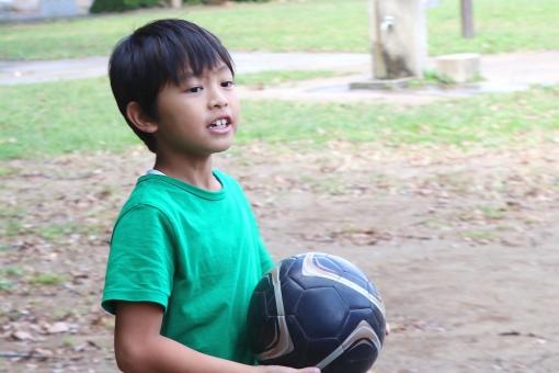 サッカーボールを持つ少年の写真