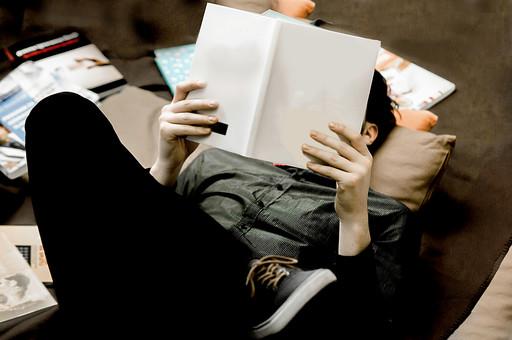 本 ブック 書物 書籍 図書 読書 読む 趣味 勉強 人物 男性 男 外国人 若い 若者 髭 20代 上半身 ページ 捲る めくる 開く 接写 クローズアップ 寝る 寝そべる 仰向け リラックス 寛ぐ くつろぐ ラグ マット 散乱 雑然 ごちゃごちゃ